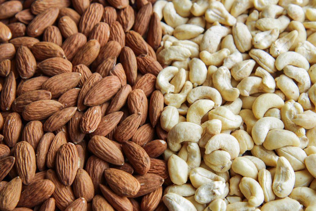 Nuts Seeds Almonds Cashews Food - armennano / Pixabay