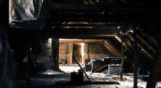Chátrající půdní prostory jsou ideální pro přestavbu na půdní byt